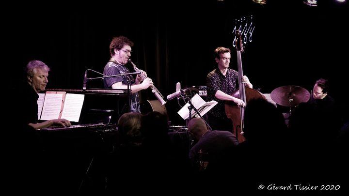 Le contrebassiste Stéphane Kerecki en concert le 8 février 2020 au Moulin à Jazz avec le pianiste Jozef Dumoulin, le saxophoniste Julien Lourau et le batteur Fabrice Moreau (Gérard Tissier)
