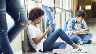 Près d'un tiers des étudiants (29%) utilisent leur téléphone moins de deux minutes après leur réveil, selon un sondage Opinionway pour la Smerep, publié le 28 juin 2018. (FREDERIC CIROU / ALTOPRESS / FP)