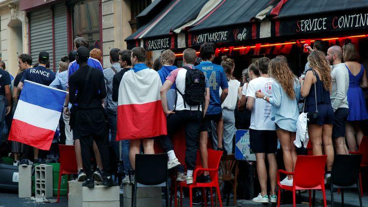 Des supporters réunis à Paris pour regarder France-Belgique, le 10 juillet 2018. (CHARLES PLATIAU / REUTERS)