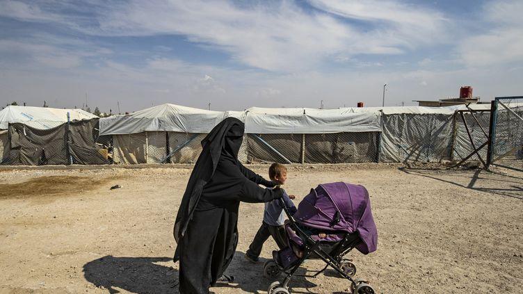 Une femme et des enfants dans le camp kurde d'Al-Hol en Syrie, le 17 octobre 2019. (DELIL SOULEIMAN / AFP)