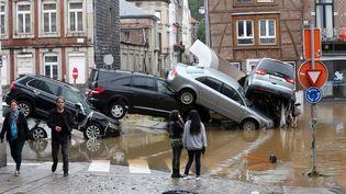 Des voitures se sont encastrées en raison des intempéries à Verviers, en Belgique, le 15 juillet 2021. (FRANCOIS WALSCHAERTS / AFP)