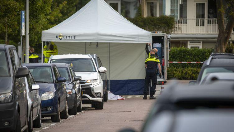 Des policiers sécurisent le secteur où un avocat a été abattu, le 18 septembre 2019, à Amsterdam (Pays-Bas). (MICHEL VAN BERGEN / ANP)