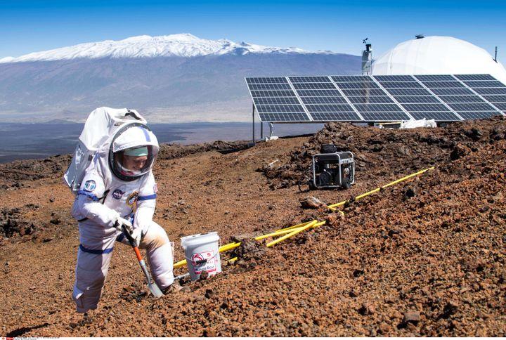 Lors de l'expérience menée sur un cratère d'Hawaï (ici, le 10 mars 2015) les seules sorties à l'air libre s'effectuaient en scaphandre, pour simuler les conditions de vie sur Mars. (NEIL SCHEIBELHUT/AP/SIPA / AP)