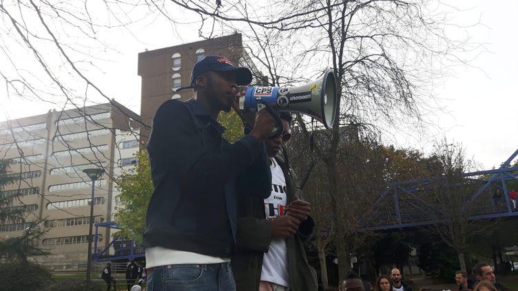 Théo s'exprime lors d'une manifestation de soutien, neuf mois après son interpellation brutale par quatre policiers, mis en examen. (FRANCE BLEU PARIS / TWITTER)