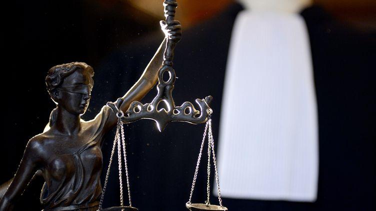 La robe d'un avocat avec au premier plan une balance, le symbole de la justice. (FRANCK FIFE / AFP)