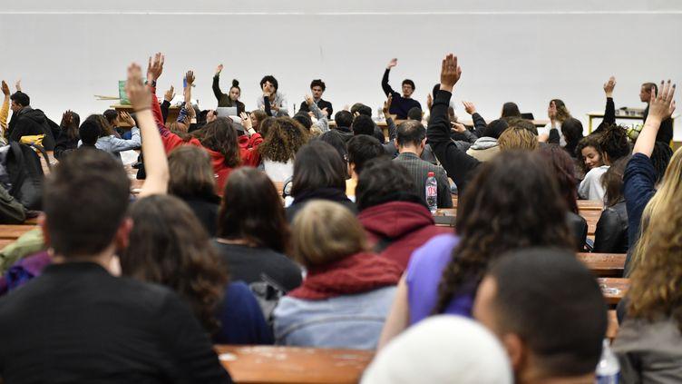 Des étudiants de l'université de Nanterre (Hauts-de-Seine) en assemblée générale, le 15 mai 2018. (GERARD JULIEN / AFP)