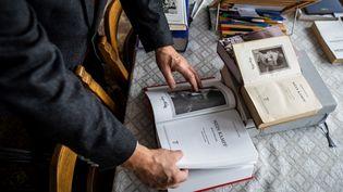 """Image d'illustration.Eugeniusz Cezary Krol, auteur de la traduction polonaise de """"Mein Kampf"""", présente son travail à Varsovie en janvier 2021. (WOJTEK RADWANSKI / AFP)"""