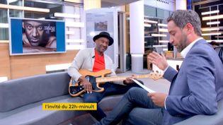 Marcus Miller était l'invité de Julien Benedetto dans le 22h-minuit. (Franceinfo)