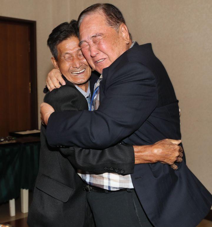 Le Sud-coréen Ham Sung-chan (à droite), 93 ans, enlace son frèreNord-coréen Ham Dong Chan (gauche), 79 ans, le 20 août 2018. (YONHAP / AFP)