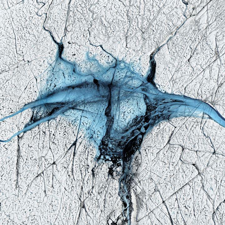 """En survolant la calotte glaciaire dans un petit avion ou un hélicoptère, Timo Lieber a pu prendre des clichés de lacs d'eau de fonte. """"Cela fait peur à voir"""", raconte-t-il à franceinfo. (Timo Lieber/ THAW)"""