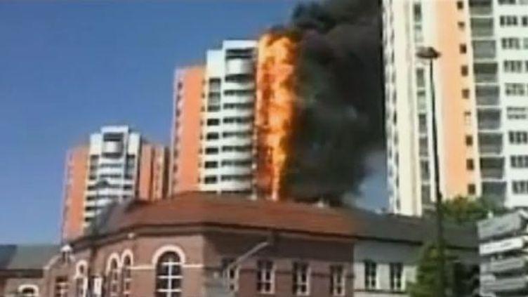 Capture d'écran d'une vidéo montrant l'incendie d'une tour de 18 étages, àRoubaix (Nord), le 14 mai 2012. (FTVI / FRANCE 3 NORD-PAS-DE-CALAIS)