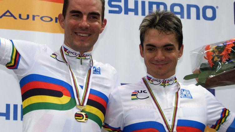 Robert Sassone (à droite), avec son coéquipier Jérôme Neuville sur le podium des championnats du monde de cyclisme sur piste en 2001.  (JOEL SAGET / AFP)