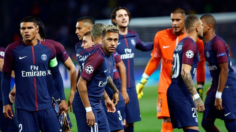 Les joueurs du PSG autour de leur capitaine Thiago Silva et de leur star, Neymar