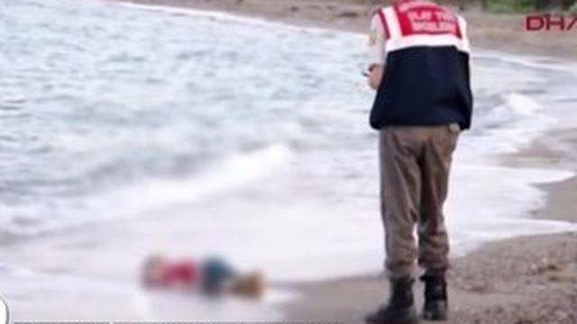 La photo de l'enfant retrouvé mort sur une plage turque a provoqué une onde de choc en Europe