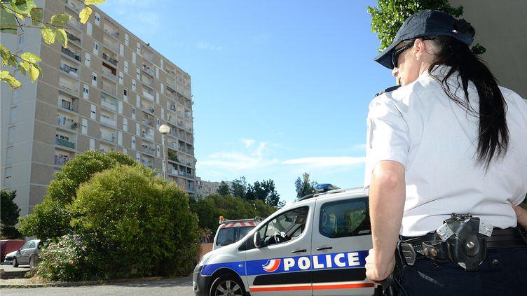 Une patrouille de police dans la cité des Oliviers à Marseille (illustration). (BORIS HORVAT / AFP)