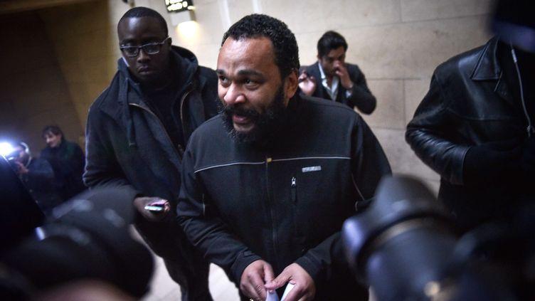 L'humoriste Dieudonné M'Bala M'Bala arrive à la 17e chambre correctionnelle du palais de justice de Paris, le 28 janvier 2015. (ZACHARIE SCHEURER/AP/SIPA)