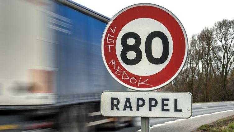 Un panneau de limitation à 80 km/h en janvier 2019, près d'Englos (Nord). (PHILIPPE HUGUEN / AFP)