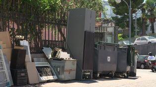 Des encombrants abandonnés sur un trottoir d'un quartier de Nice (E. Patricio / France Télévisions)