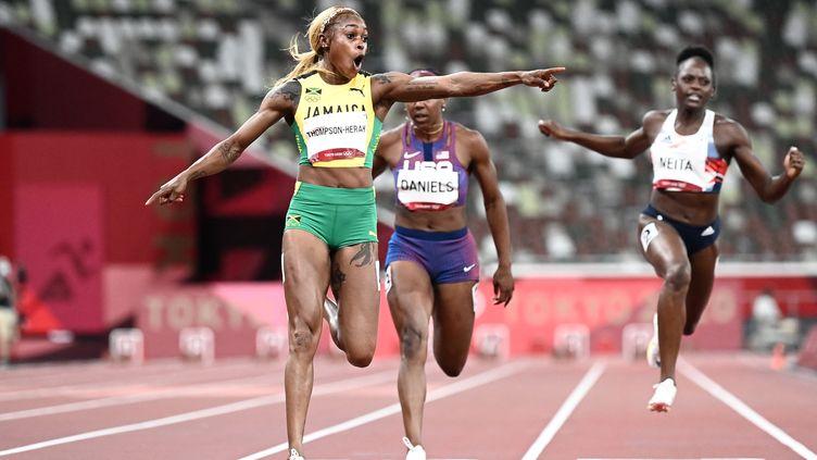 La Jamaïcaine Elaine Thompson-Herah sur le 100 m des Jeux olympiques de Tokyo. (JEWEL SAMAD / AFP)