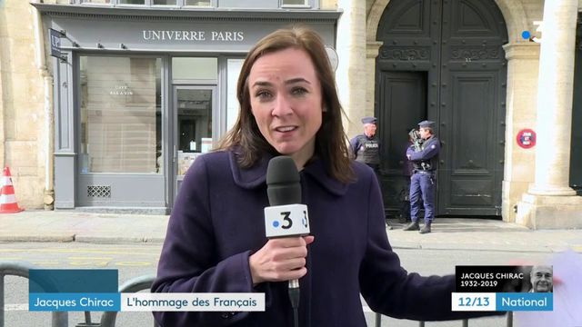 Mort de Jacques Chirac : les anonymes continuent d'affluer devant le domicile