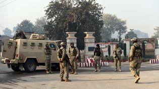Des soldats pakistanais montent la garde devant l'école de Peshawar attaquée par des talibans, le 16 décembre 2014. (FAROOQ NAEEM / AFP)