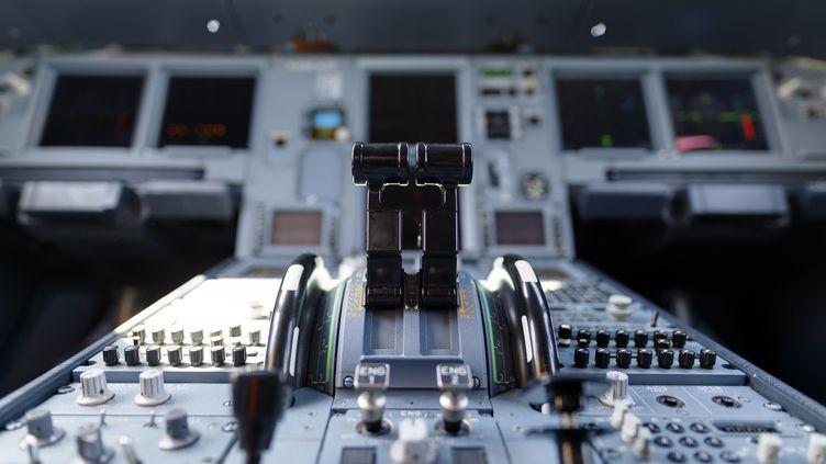 Un cockpit d'avion commercial. Photo d'illustration. (CHRISTOPH HARDT/GEISLER-FOTOPRES / GEISLER-FOTOPRESS)