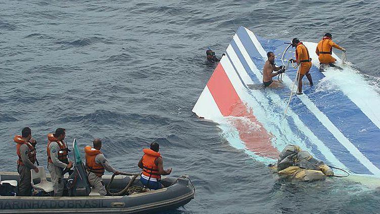 Une partie de l'Airbus AF447 reliant Rio à Paris est récupérée par la marine brésilienne, le 8 juin 2009, après le crash de l'avion. (BRAZILIAN NAVY / AFP)