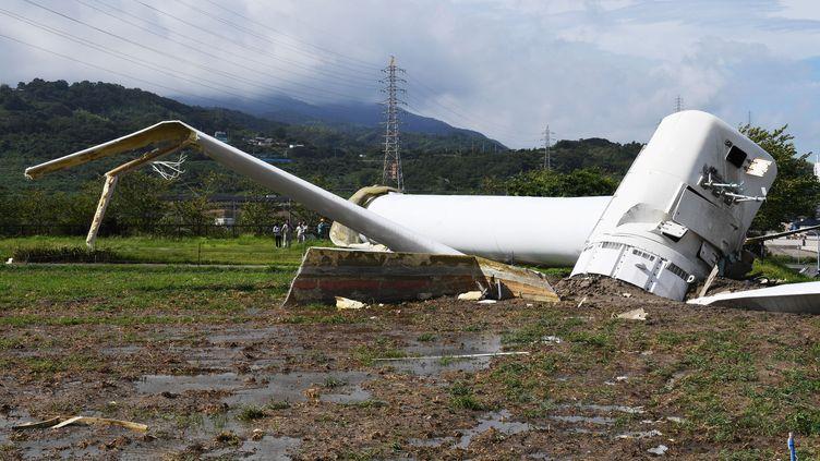 Une éolienne renversée par la passage du typhonCimaron, le 24 août 2018, àAwaji au Japon. (SHOHEI / YOMIURI / AFP)
