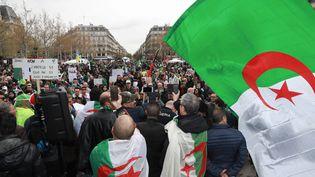 Des manifestants contre le système en Algérie se mobilisent à Paris, le 7 avril 2019. (JACQUES DEMARTHON / AFP)