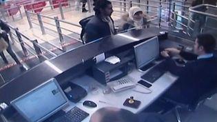 Capture d'écran d'une vidéo montrant l'arrivée à l'aéroport d'Istanbul (Turquie) deHayat Boumeddiene en compagnie d'un homme. (REUTERS / HABERTURK)