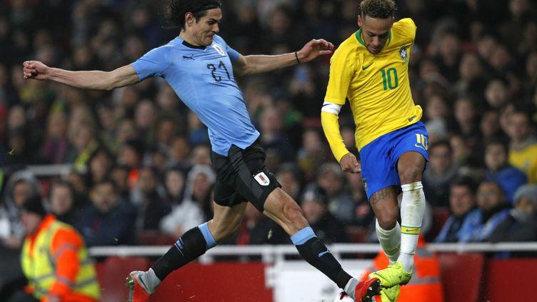 L'attaquant uruguayen Edinson Cavani (à gauche) et le joueur brésilien Neymar lors du match amical entre le Brésil et l'Uruguay, le 17 novembre 2018 à Londres (Royaume-Uni). (ADRIAN DENNIS / AFP)