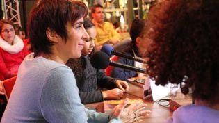 Carole Trébor, auteure jeunesse, est venue parler de sa passion et de ses livres à de jeunes lecteurs, élèves en sixième, à l'occasion d'une émission franceinfo junior enregistrée depuis le Salon du livre jeunesse à Montreuil (Seine-Saint-Denis). (FRANCEINFO JUNIOR / RADIO FRANCE)