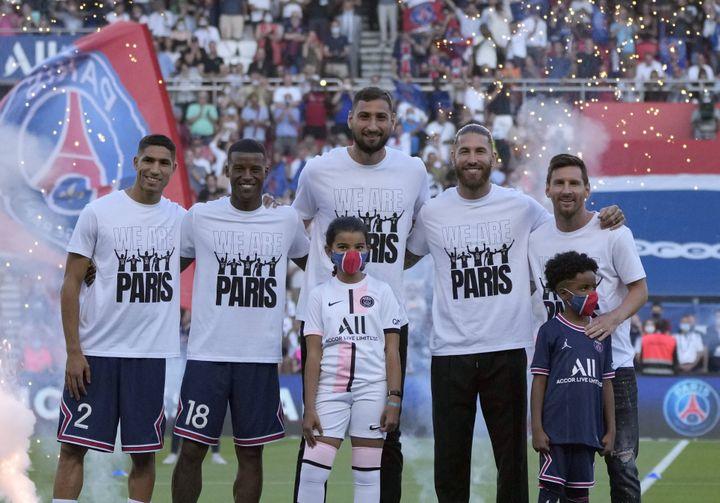 Les recrues parisiennes présentées au public avant le match contre Strasbourg, le 14 août 2021. (FRANCOIS MORI/AP/SIPA / SIPA)