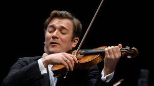 Le violonnisteRenaud Capuçon à la TSR (Télévision publique suisse) à Lausanne (Suisse), le 5 mars 2020. (FABRICE COFFRINI / AFP)