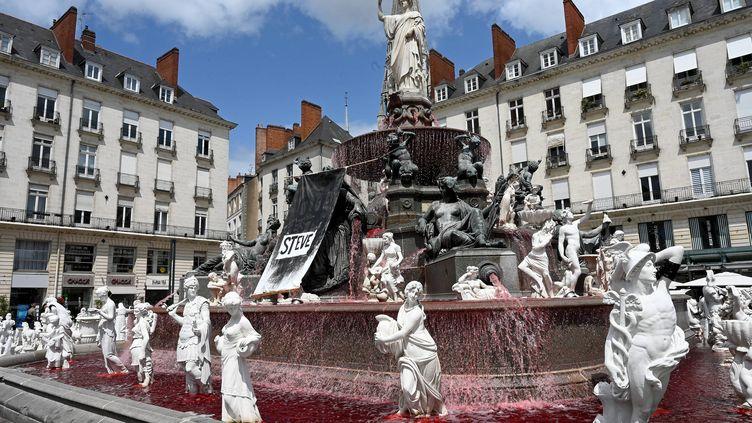 Unn collectif nantais a coloré en rouge vif l'eau de fontaine de la place Royale à Nantes et des brassards noirs ontété mis aux statues qui entourent la fontaine en hommage à Steve Maia Caniço. Nantes,le 30 juillet 2019. (JEROME FOUQUET / MAXPPP)