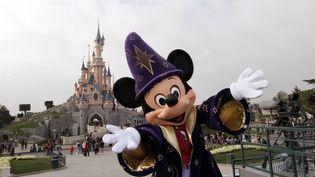 Mickey pose devant le château de la Belle au bois dormant, à Disneyland Paris, le 31 mars 2012. (THOMAS SAMSON / AFP)