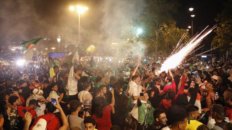 La joie des supporters de l'équipe de football algérienne qualifiée pour la finale de la CAN aoccasionné quelques débordements le 14-juillet, notamment à Paris. (ZAKARIA ABDELKAFI / AFP)