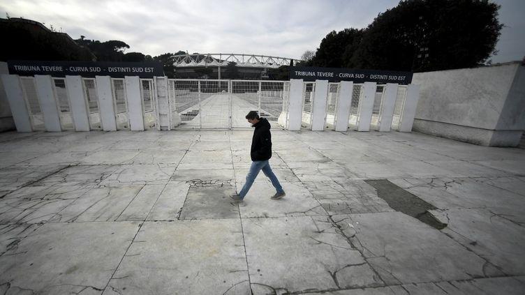Devant l'Olympique stadium à Rome, en Italie, le 17 mars 2020. (FILIPPO MONTEFORTE / AFP)