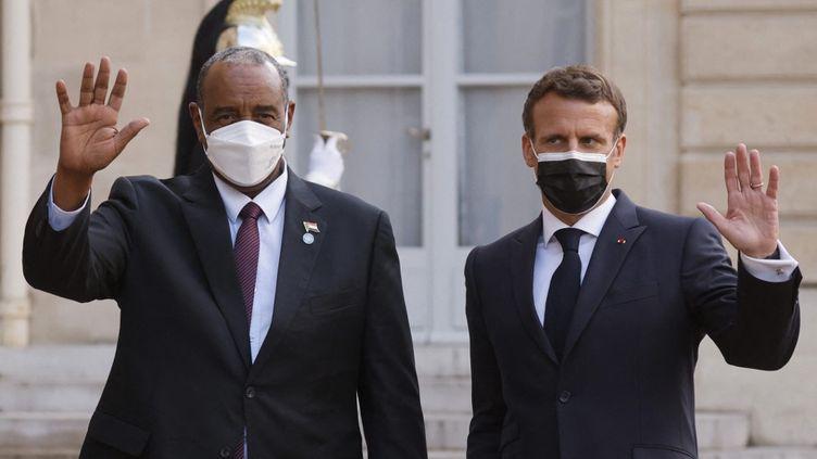 Leprésident soudanais, Abdel Fattah Al-Burhan, et Emmanuel Macron, à l'Elysée, à Paris, le 17 mai 2021. (LUDOVIC MARIN / AFP)