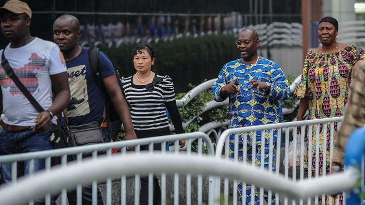 Des migrants africains dans la zone commerciale de Gouangzhou (Canton) dans le sud-est de la Chine le 21 mars 2013. La plupart d'entre eux vivent dans la clandestinité et risquent de se faire expulser à tout moment. (Photo AFP/Liu Dawei/Xinhua)