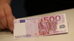 Un couple a passé vingt heures en garde à vue à Douai (Nord), le 29 septembre 2014, après avoir voulu régler ses courses avec un billet de 500 euros. (  MAXPPP)