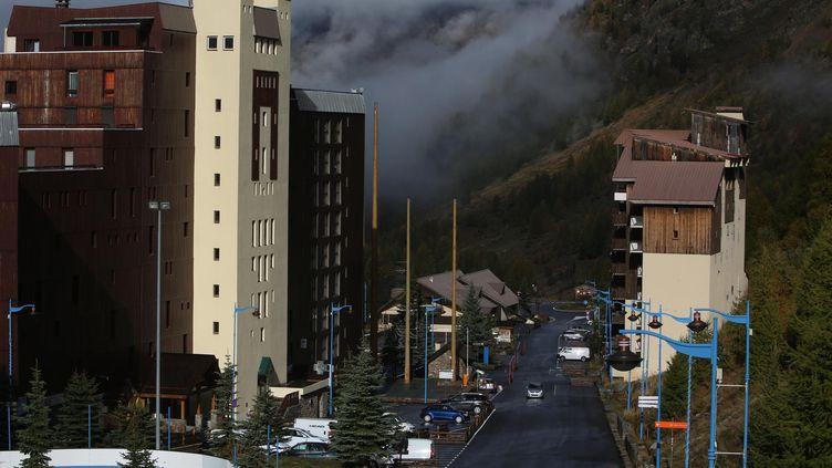 Des logements à proximité de la station de ski Isola 2000, dans les Alpes Maritimes, le 23 octobre 2015. (FRANZ CHAVAROCHE / MAXPPP)
