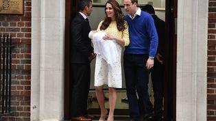 Le prince William et Kate Middleton présentent leur fille à la presse, devant la maternité St Mary's à Londres, le 2 mai 2015. (LEON NEAL / AFP)