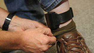 Une démonstration du port de bracelet électronique par un condamné belge, à Bruxelles (Belgique) le 27 mai 2009. (DIRK WAEM / BELGA MAG /  AFP)