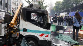 Un véhicule de la RATP incendié en marge d'une manifestation pro-palestinienne à Paris, le 19 juillet 2014. (FRANCOIS GUILLOT / AFP)