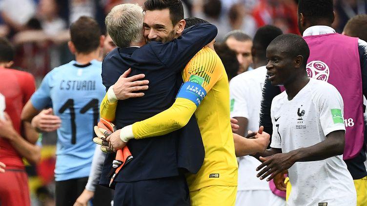 Le sélectionneur Didier Deschamps enlace son capitaine Hugo Lloris sous le regard de N'Golo Kanté (à droite) après la victoire contre l'Uruguay, vendredi 6 juillet 2018 àNijni Novgorod (Russie). (FRANCK FIFE / AFP)