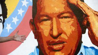 Une peinture murale représentant Hugo Chavez, à Caracas (Venezuela), le 3 janvier 2013. (RAUL ARBOLEDA / AFP)