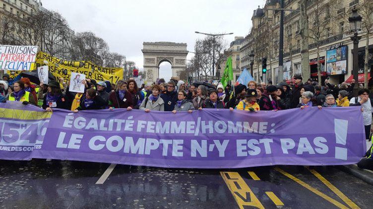 """Les """"gilets jaunes"""" lors d'une manifestation à Paris, le 9 mars 2019. Plusieurs femmes ont défilé avec une banderole : """"Egalité femme/homme : le compte n'y est pas !"""" (GILLES GALLINARO / RADIO FRANCE)"""