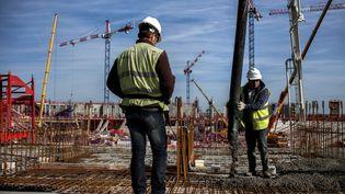 Des ouvriers sur le chantier du futur stade de Lyon (Rhône), le 9 avril 2014. (JEFF PACHOUD / AFP)