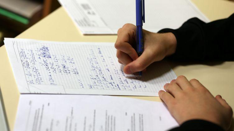 Un élève devant sa copie pour le bac. (Illustration). (LIONEL VADAM / MAXPPP)